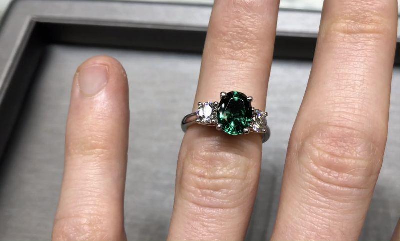 asortarea inelului cu smarald cu hainele